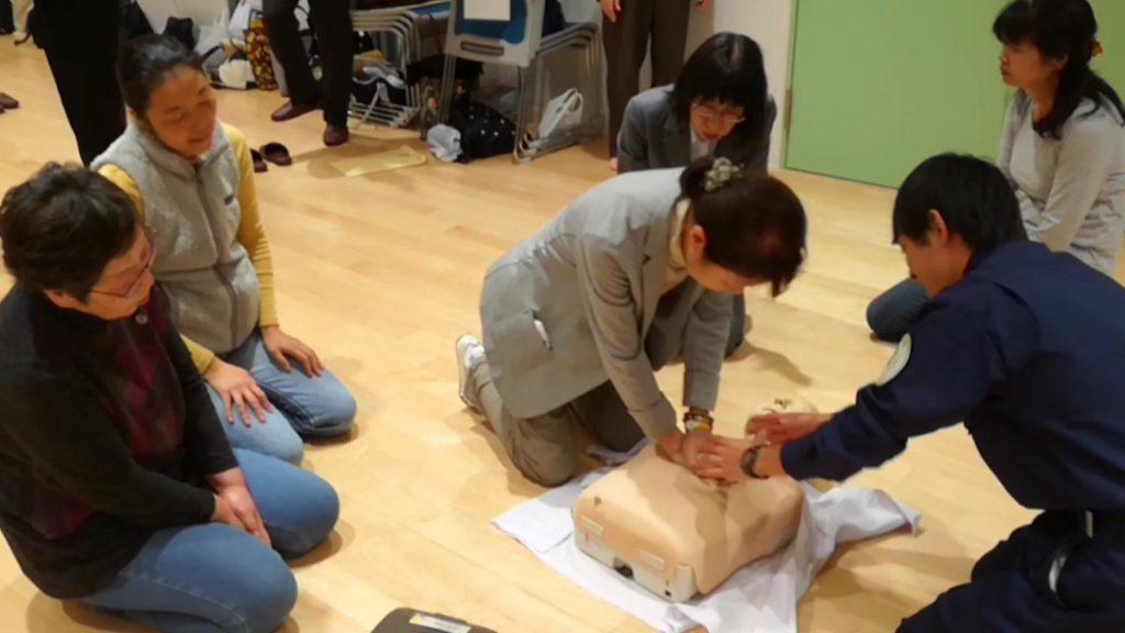 令和元年度第1回おおさか元気広場救急救命講習会にて 救急救命講習会に大阪医専救急救命学科の生徒を同行させる