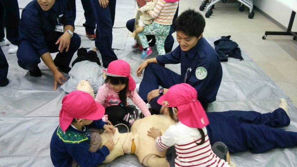 大阪医専救急救命学科 授業風景 保育園児とのふれあい