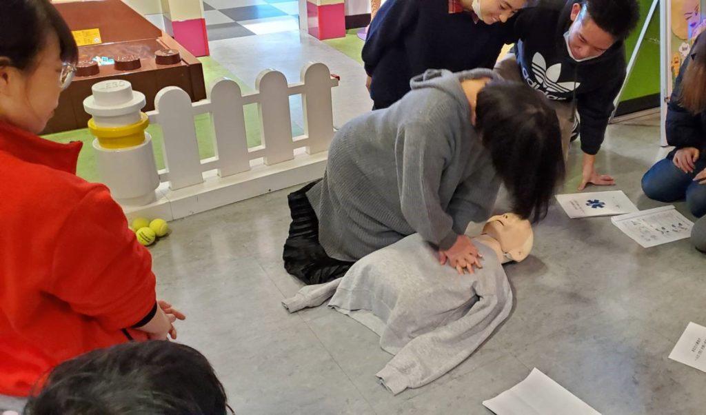 人形を用いての胸骨圧迫の練習(レゴランド®大阪にて)